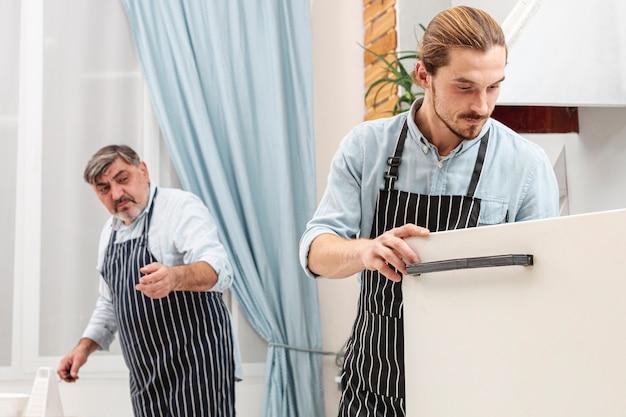 Père élégant et son fils cuisine