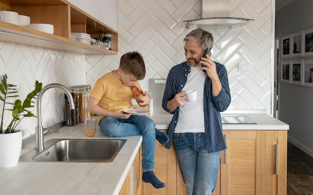 Père et enfant dans la cuisine coup moyen