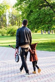 Père avec enfant dans nature
