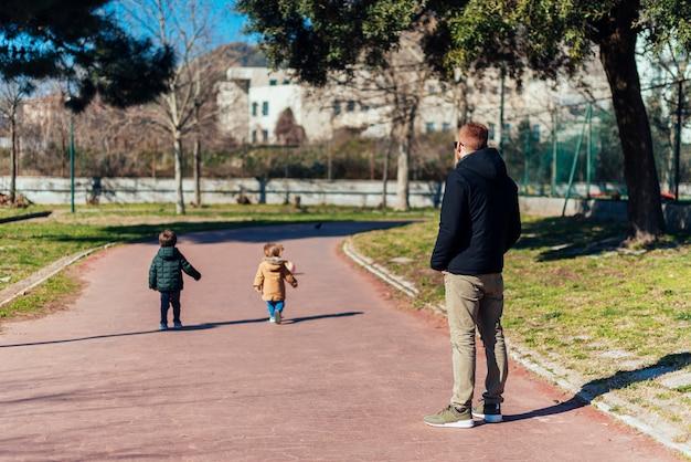Père avec enfant dans parc