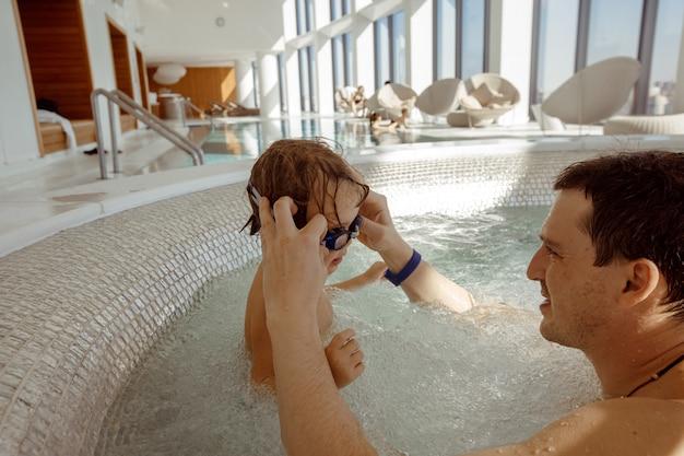 Père et enfant dans la piscine