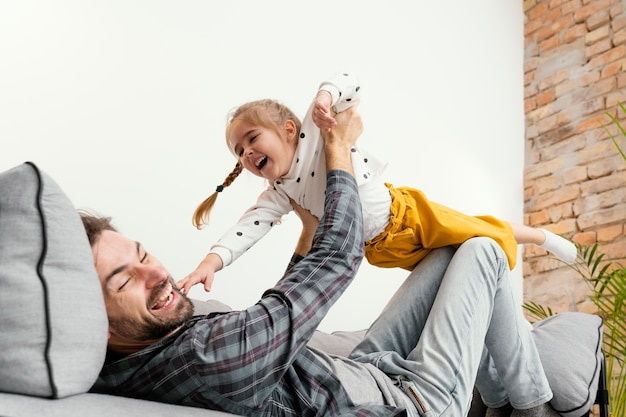 Père et enfant s'amusant en s'amusant