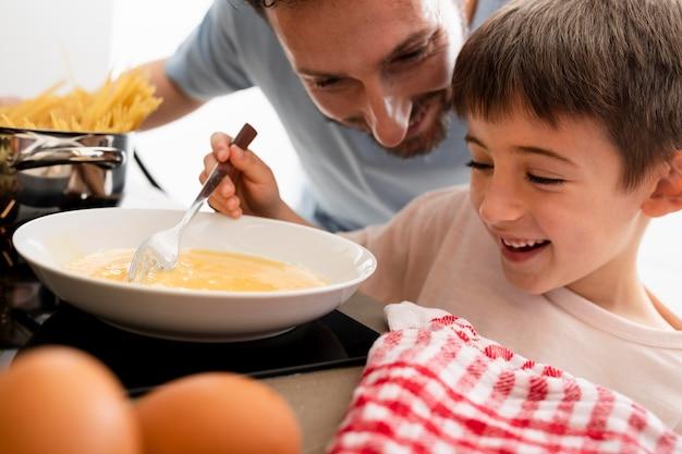 Père et enfant à table se bouchent