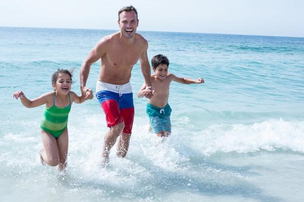 Père, enfants, courant, plage