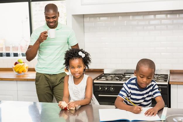 Père et enfants dans la cuisine