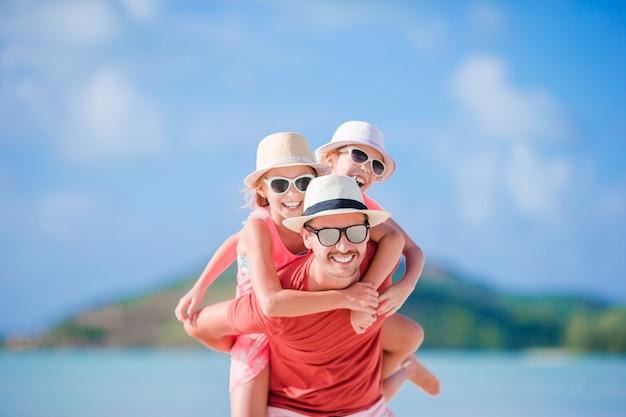 Père et enfants sur la plage