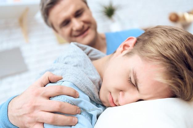 Le père essaie de parler à son fils déprimé.
