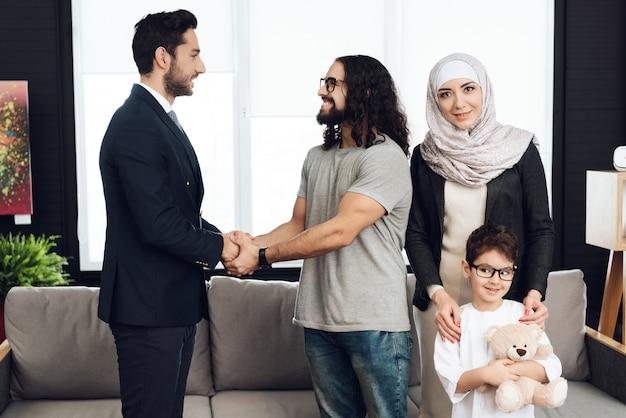 Père est handshaking avec un psychothérapeute.