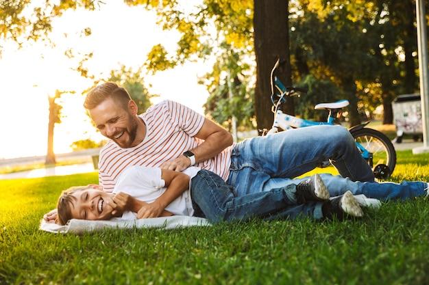 Père excité et son fils s'amusant ensemble