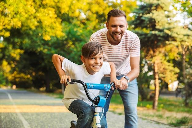 Père excité et son fils