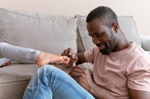 Père faisant les ongles de sa fille