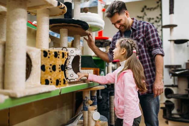 Père et fille, acheter des fournitures dans petshop