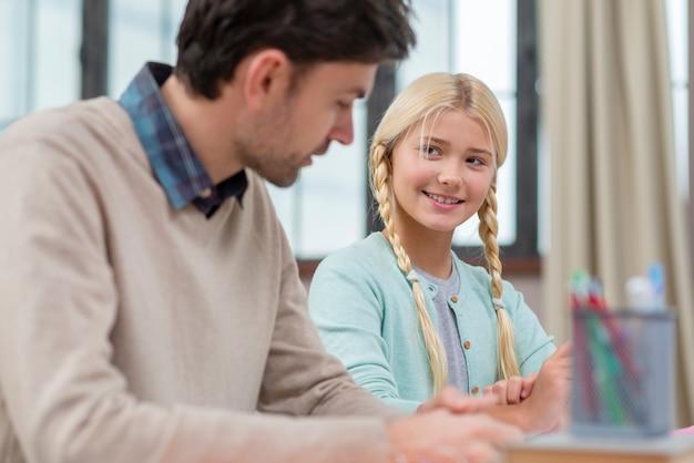 Père et fille apprennent ensemble