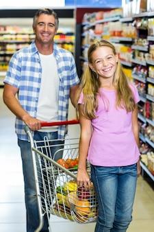 Père et fille au supermarché