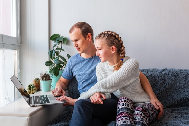 Père et fille ayant un appel vidéo avec les grands-parents sur ordinateur portable restez à la maison, concept de communication à distance