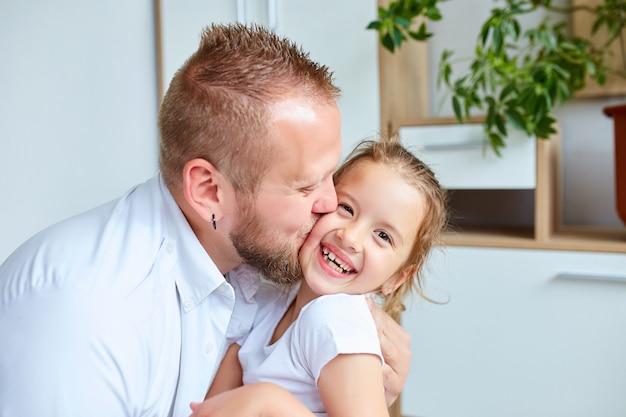 Père et fille en blanc passer du temps à la maison