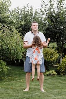 Père et fille en bonne santé jouant ensemble