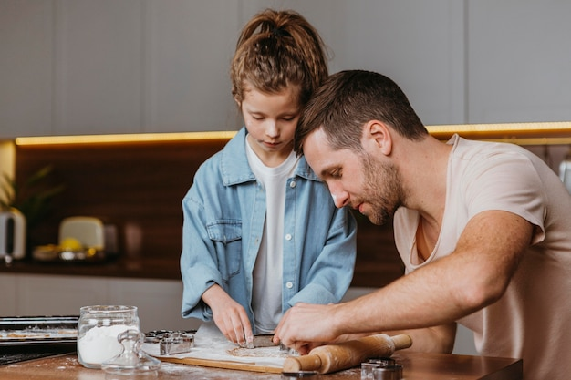 Père et fille cuisiner dans la cuisine