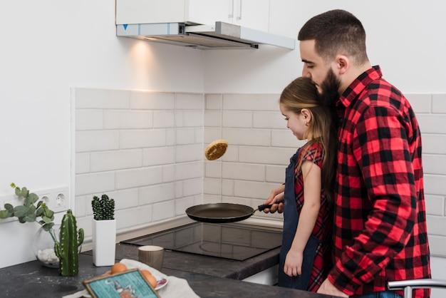 Père et fille dans la cuisine le jour de la fête des pères