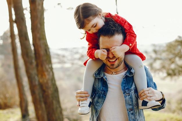 Père avec fille dans une forêt