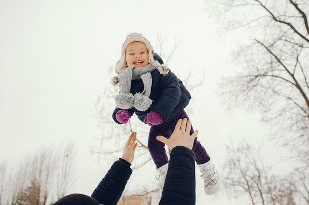 Père et fille dans un parc d'hiver