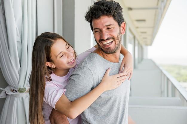 Père et fille ensemble le jour de la fête des pères