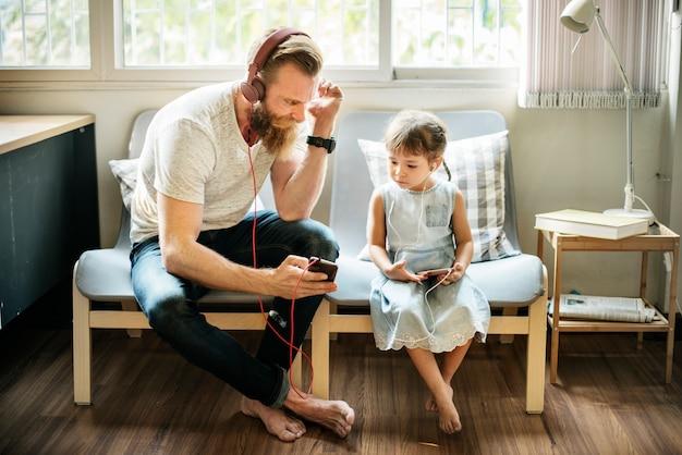 Père, fille, famille, écouteurs, concept