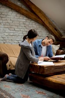 Père et fille font leurs devoirs à la maison