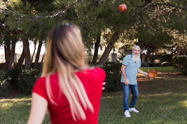 Père et fille jouant au baseball