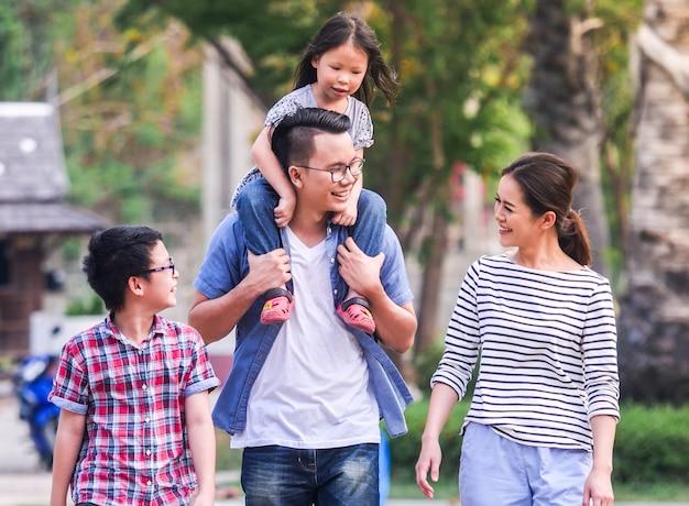 Père et fille jouant dans le parc, notion de bonne fête des pères.