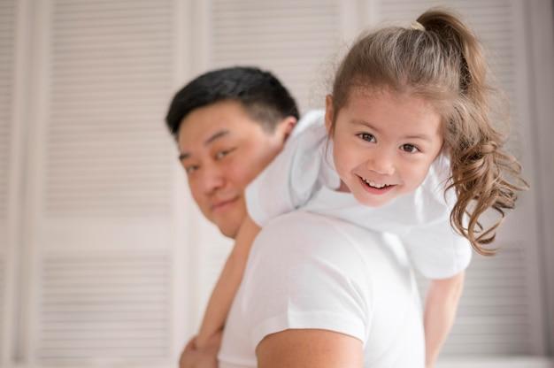 Père et fille jouant à la maison
