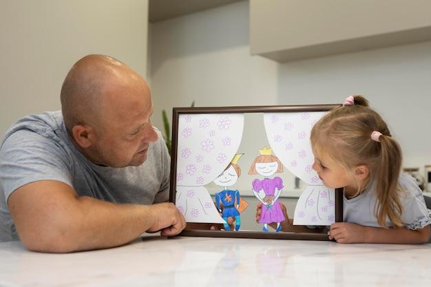 Père et fille jouant avec des marionnettes