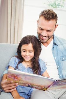 Père et fille lisant un livre