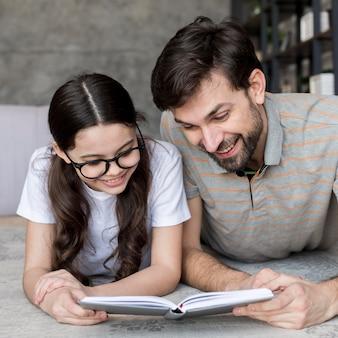 Père et fille lisant