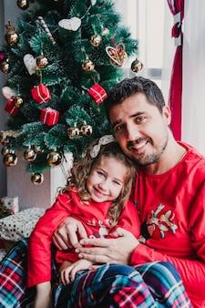 Père et fille à la maison portant des pyjamas assortis