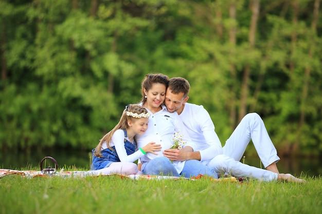 Père d'une fille et d'une maman enceinte lors d'un pique-nique