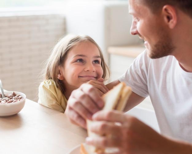 Père et fille mangeant ensemble