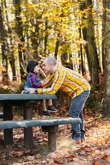 Père, fille, parc, automne