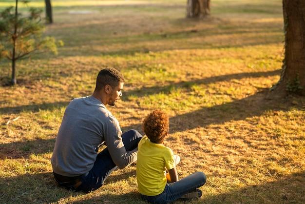 Père et fille passer du temps ensemble dans le parc.
