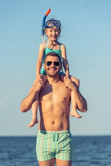 Père et fille sur la plage