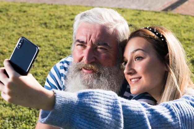 Père et fille prenant un selfie