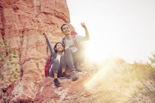 Père et fille randonnée escalade dans les montagnes ensemble concept idée de succès