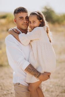 Père avec fille s'amusant ensemble