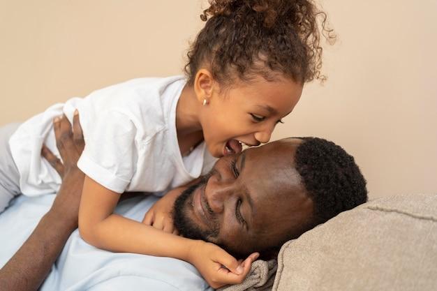 Père et fille s'amusant