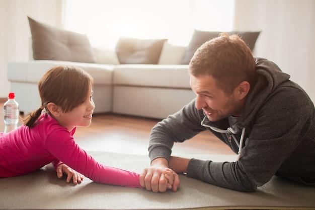 Le père et la fille s'entraînent à la maison. sports à la maison.
