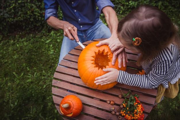 Père et fille, sculpture de citrouille pour halloween