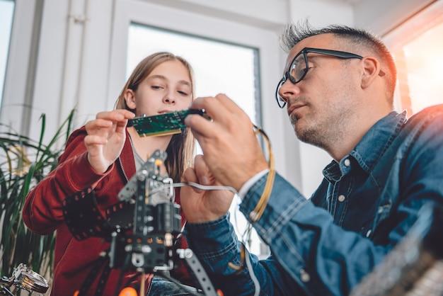 Père et fille travaillant ensemble dans un atelier