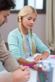 Père et fille travaillant ensemble