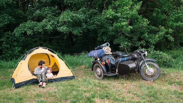 Père et fille voyagent en moto pour faire du camping