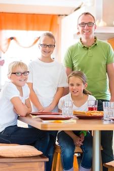 Père et filles dans la cuisine, manger sainement